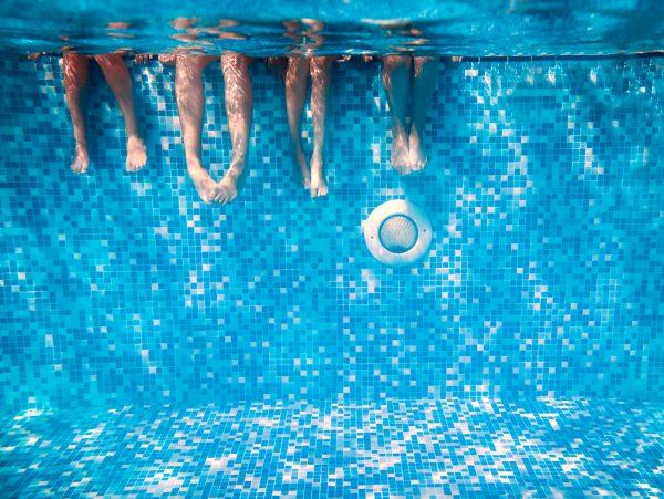 Zwembad met voeten